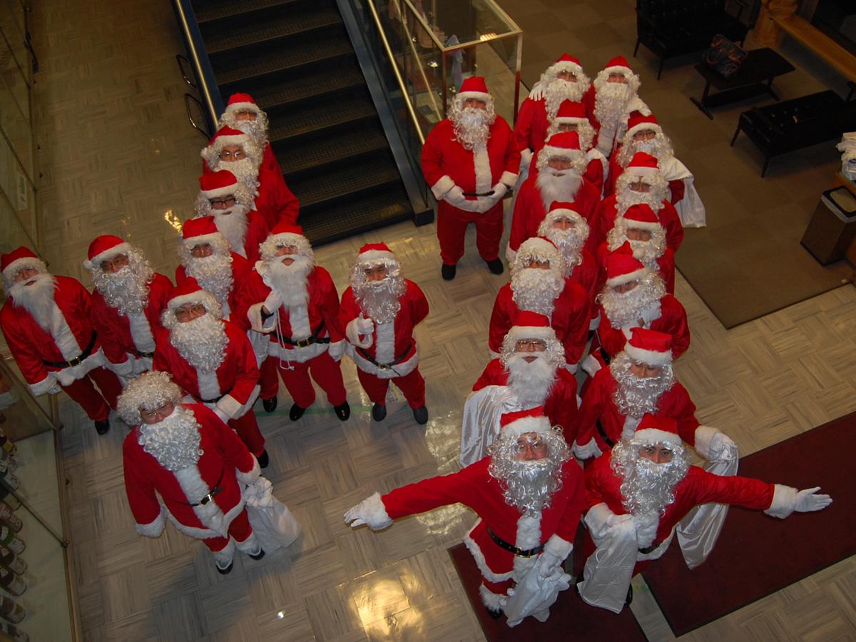 毎年行われている「突然サンタクロース事業」では、こどもたちに夢を与える活動をしています。