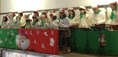 <p>サンタの会の皆様によるハンドベルの演奏。来場者はぜんざいで身体を温めながら、心温まるかわいらしい演奏に癒されました。</p>