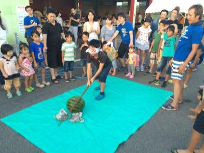位置を伝える子供も大人も大盛り上がりのスイカ割りでした。