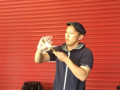 青年部メンバーの仕事をたのしく身近に感じることができる職業体験型ワークショップが実施しされました。 政七屋の間瀬敬久君による「はんぺん屋さんのちくわ作り」では竹の棒に白身魚のすり身を付けて炭火で焼くことを体験しました。
