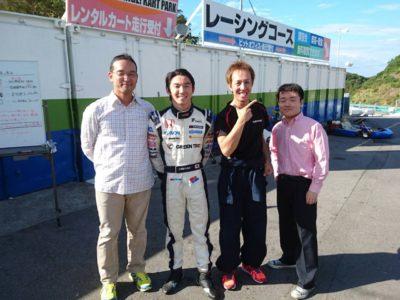 <p>岡崎出身のレーサー中嶋大祐さんと記念撮影</p>