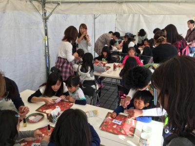 キッズチャレンジファクトリー「キラキラクリスマス ネイルチップをつくろう☆」の様子coco nail ネイリスト山崎こずえさんのもとネイルチップ体験が行われました。