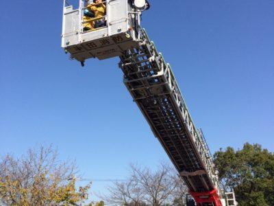 消防士知多中部広域事務組合のもと濃煙体験、はしご車体験、放水体験が行われました。