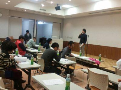 鈴木靖隆委員長の説明を受けるメンバー