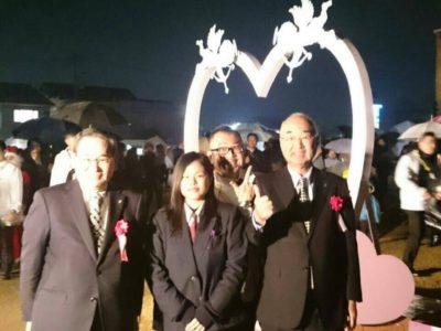 愛知県立半田工業高等学校の生徒と作成した愛のモニュメントの前で記念撮影。