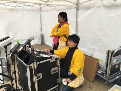 鋭い眼差しで舞台をみつめる音響担当の山本八稔君と渡部翔太君。