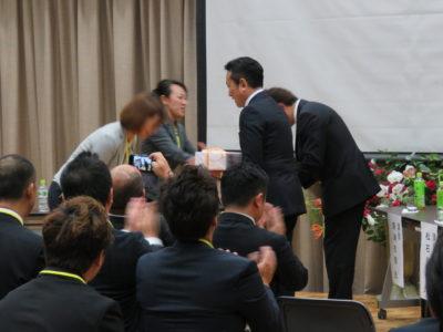 久世三央子さん、岩瀬保子さんから、講師のお二人へ記念品が贈呈されました。