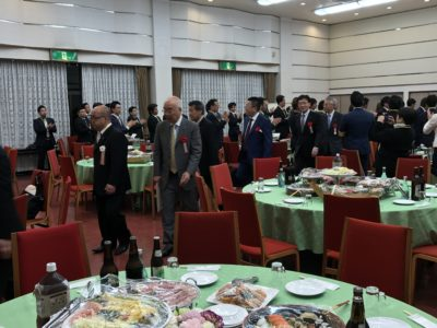榊原顕太郎専務や副会長たちのアテンドで市長の他、多くの来賓の方々をお席へご案内