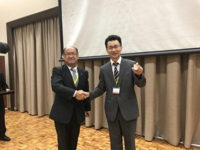 会長から伊藤之浩くんへバッヂが授与されました。