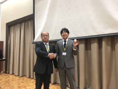 会長から中村孝年くんへバッヂが授与されました。