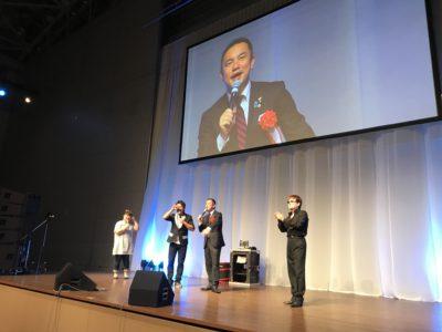 三重県知事の鈴木 英敬さんがお越しになっていました。ものまねタレント三名に呼ばれて、舞台から会場を盛り上げていました。