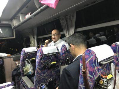 帰りのバス。雨天のため、終礼はバスの中で行いました。芳賀会長挨拶