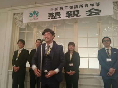 新入会員の皆川容輝くんに青年部記章が授与されました