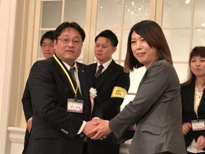 新入会員の神谷千恵子くんに青年部記章が授与されました
