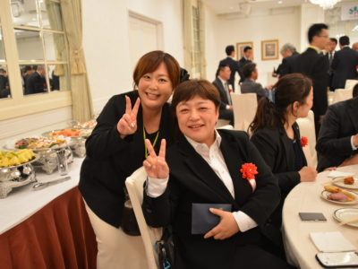歓談中 現役メンバーの鬼頭典江くん、平成29年度卒業生の早川美峰さんも楽しそうです