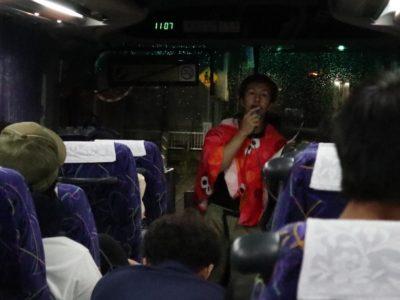 車中、副委員長 柴田洋助くんによる説明