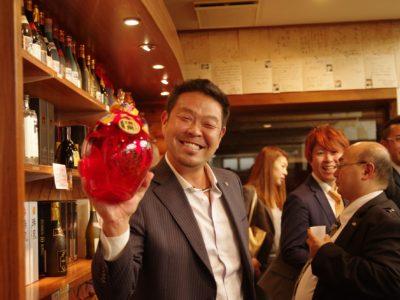 泡盛を購入して不気味な笑みを浮かべる榊原亮輔副会長