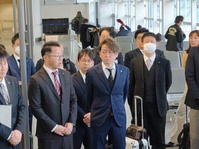 セントレア出発前の藤村修平(左)・伊藤拓人(中央)両委員長の様子。準備は万端です