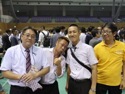大懇親会のショット 卒業生の淺井前会長(左)も参加!OBとの交流も大会の醍醐味です
