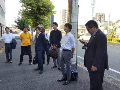 朝の出発式の様子 取り纏めの千葉委員長と司会の新美副委員長