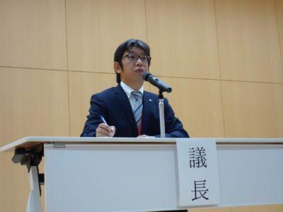テキパキと議事を進行する榊原康仁議長