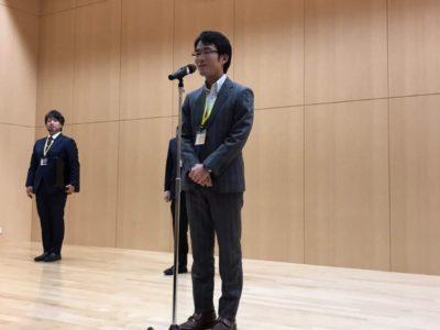 新入会員紹介でバッヂを授与された田中亨次君