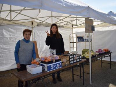 青年部マルシェカミヤフルーツの神谷千恵子さんとお母様