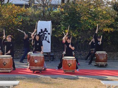 芝生広場での太鼓の演奏