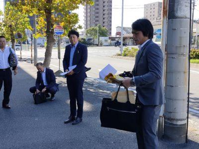 出発式 メンバーを引率するのは千葉高也委員長(右)