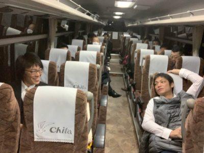 移動のバスはゆったり。沼津へ向け出発します
