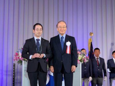 三村日本商工会議所会頭から表彰を受ける間瀬君。