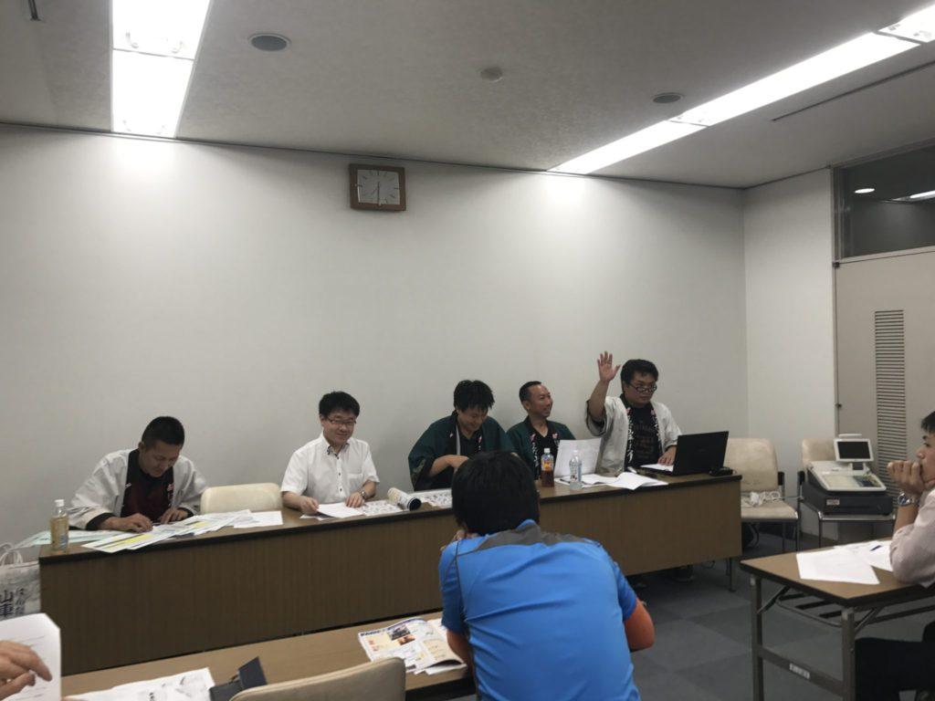 山本八稔くんが公認グッズの販売に関する説明をし、浩元委員長が補足を入れる コンビネーションで進んでいきます。