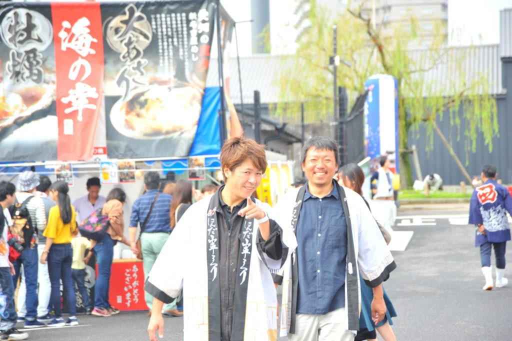 実行委員会で活躍する榊原敏満(ジメ)くんと岡田行雄くん。エリアをずっと巡回します。