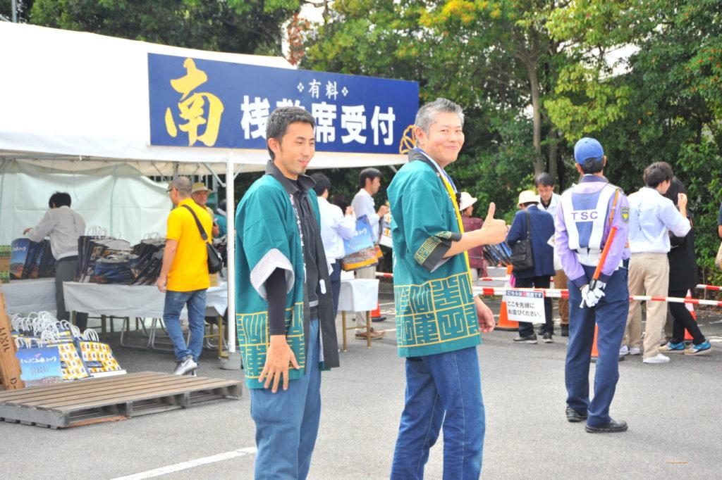 桟敷席担当の寺澤さんと事務局から応援に来てくれた鉄平くん。