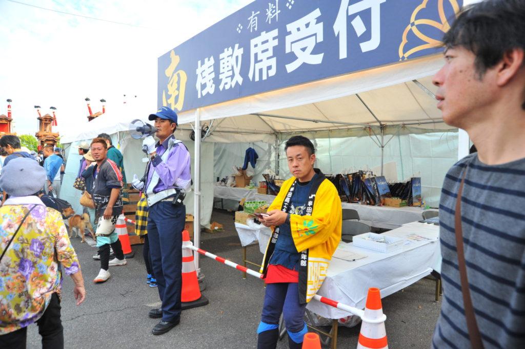自組で参加していましたが、入場してからは桟敷の応援にきた吉隆副会長と片桐くん。調整しながら、桟敷お手伝いをしていました。
