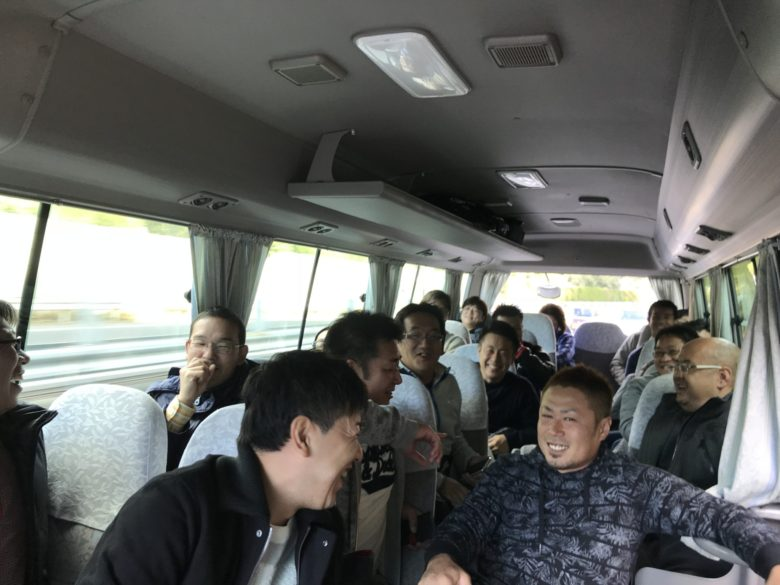長崎空港から市内までのバス移動!ワイワイしてる図。