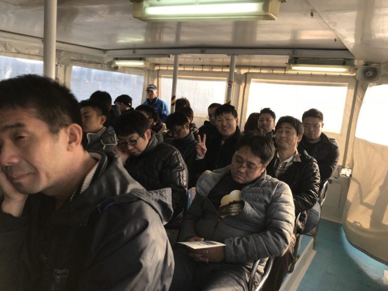 長崎市内から船で軍艦島に移動中…船酔いを寝て誤魔化す人が多い図。