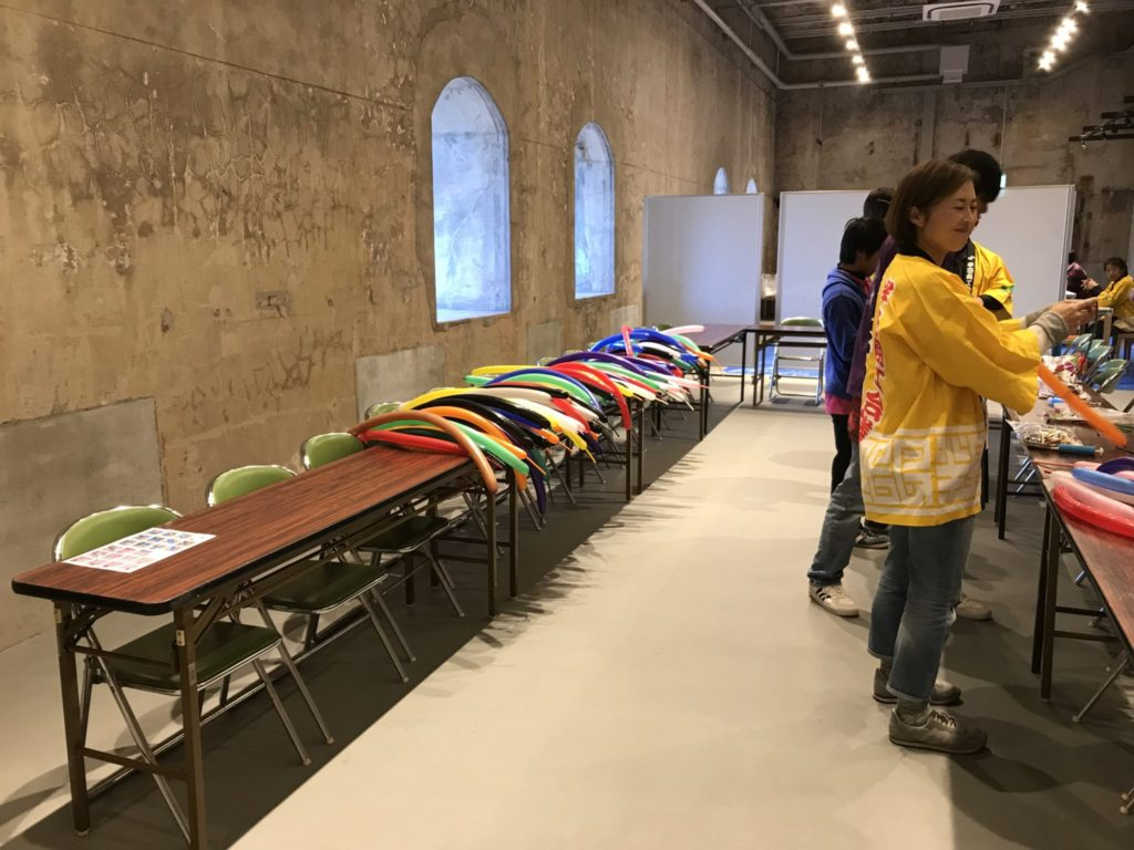 バルーンアートのベースを量産するメンバー