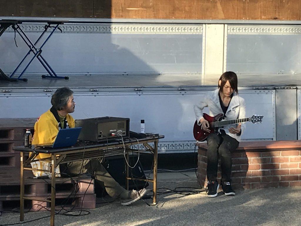 ステージでは、野畑さんの司会の下、色んな人達が演奏したり歌ったりしていました。