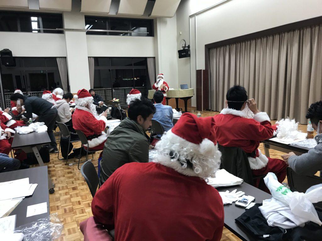 サンタの衣装に身を包んだ人は、もはや誰かわかりませんが、誰かがマイクもってアナウンスしていました。
