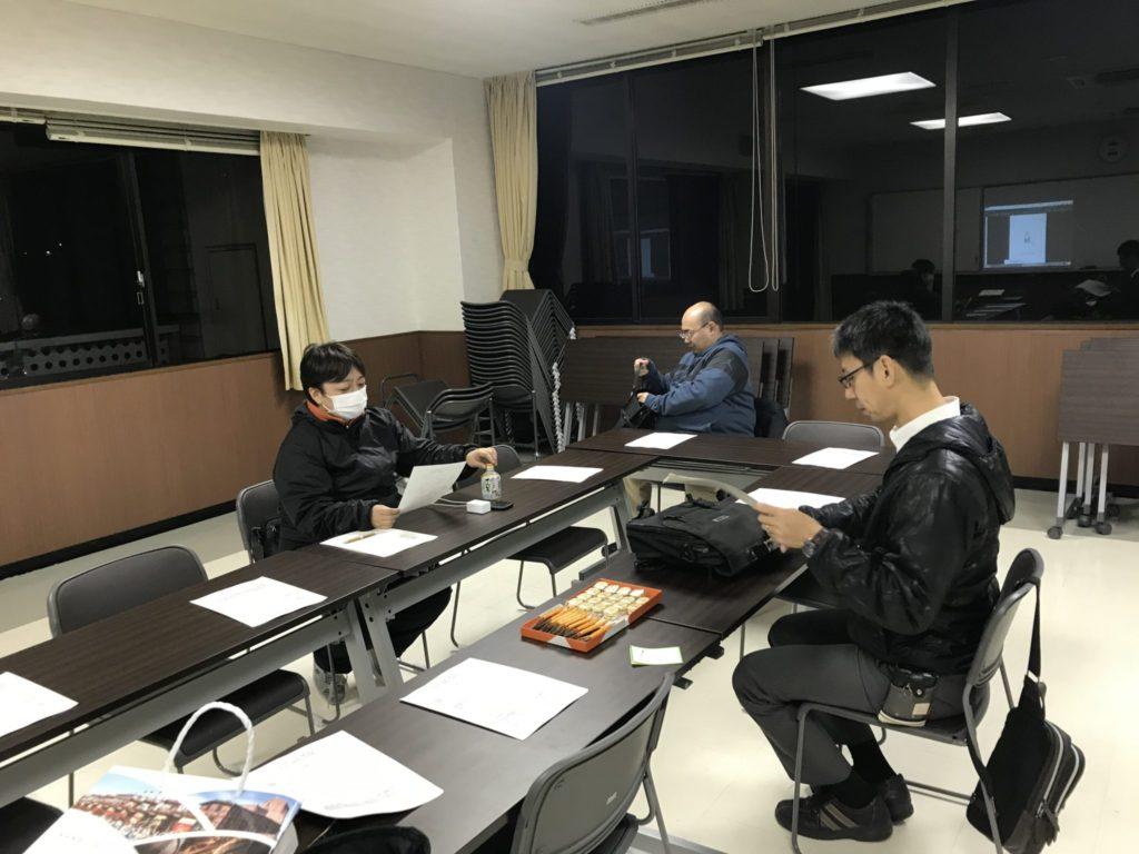 スタートは3人。おやつが並んでいます。長崎のときのおみやげと、宮城視察研修のおみやげが可愛くならぶ 3人では、余ります。みんな来てくれと願う委員長