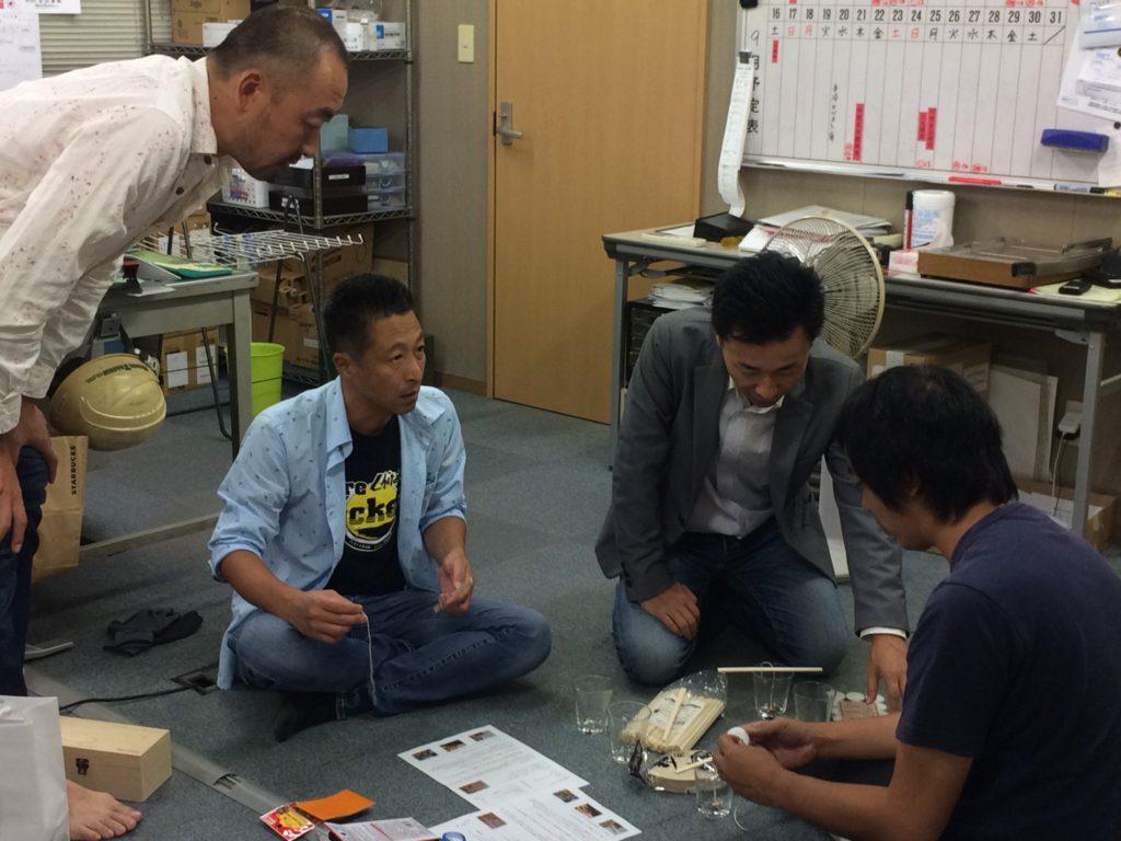 池田副会長も興味津々。隣の部屋からは、なにやら天ぷらのような匂いが…。なに?食べ物?伊藤之浩さん、ジーンズで正座、ツラくない?